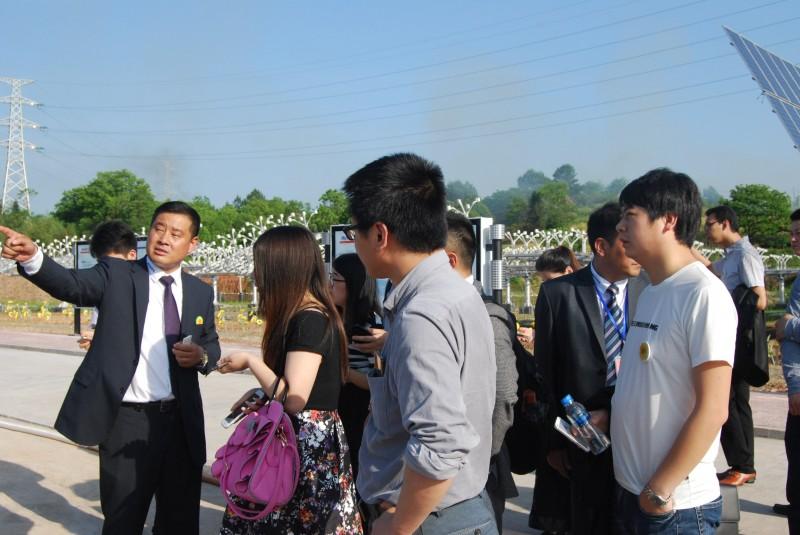 黄山睿基总裁孙海涛(左一)接受记者采访